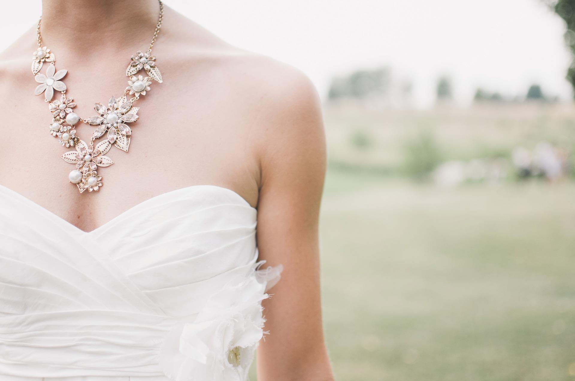 donna con gioielli
