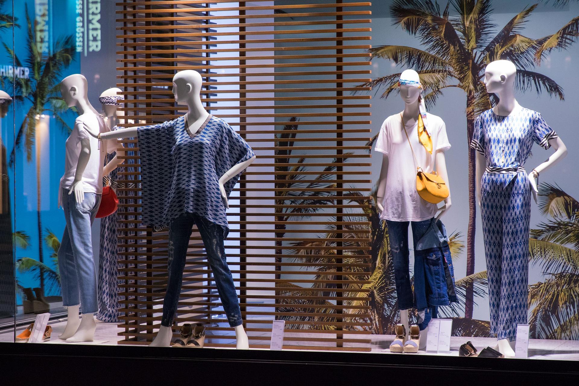negozio disposto a fronte strada