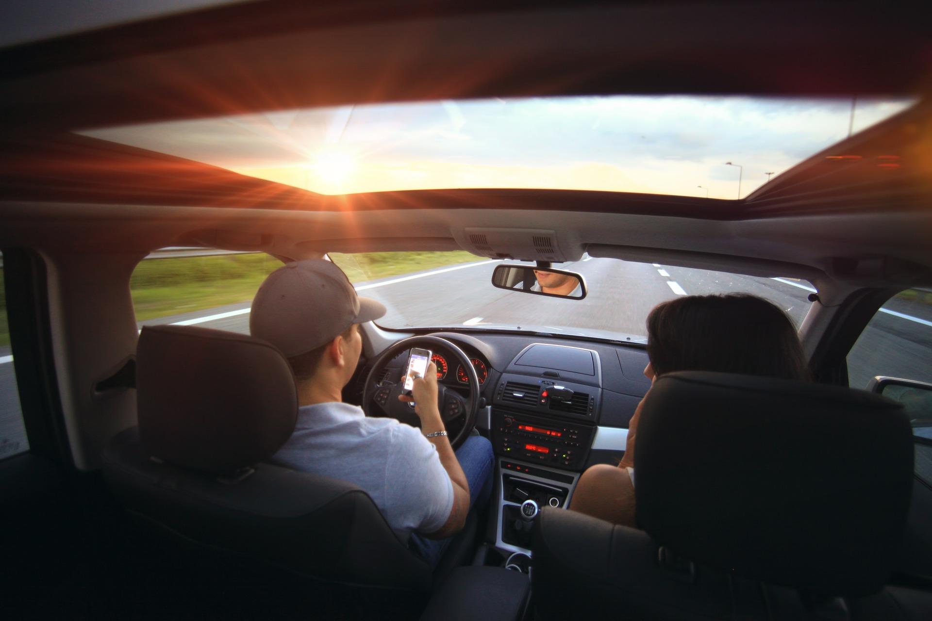 Sicurezza: ritiro a vita della patente per chi usa i social in diretta mentre guida