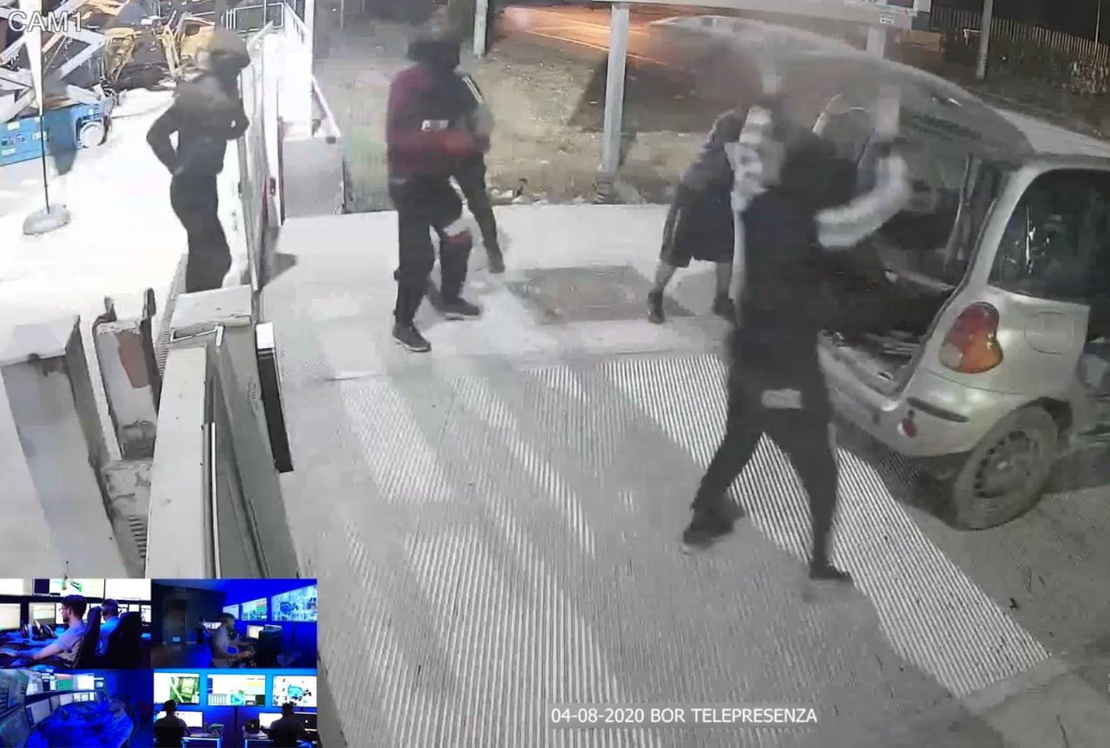 Cosa può rubare una banda di ladri con una macchina?