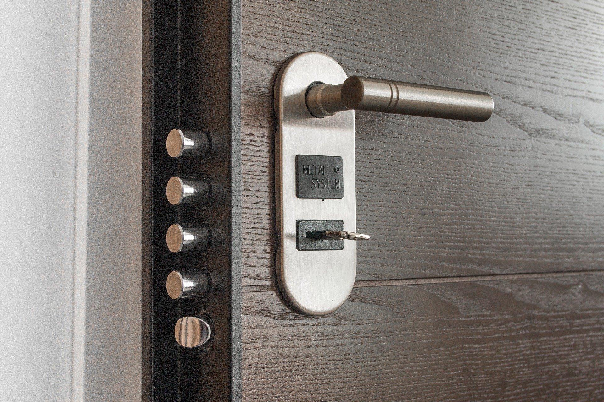 Furti in appartamento: Se noti colla sulla serratura segnalalo alla Polizia!